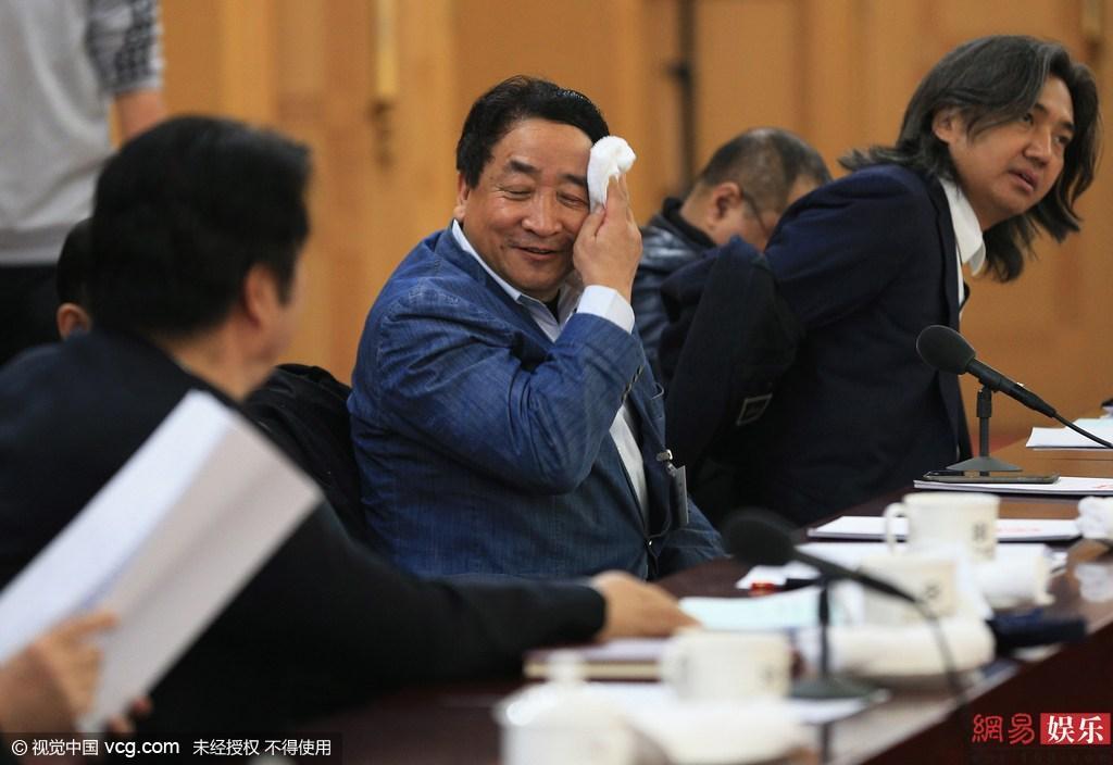 2016两会:宋祖英遭围堵访问 周涛素颜现身