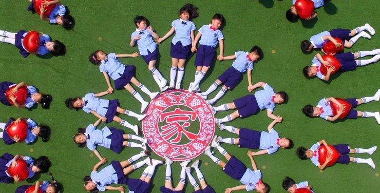 幼儿园小朋友创意毕业照 造型不输大学生_图片新闻