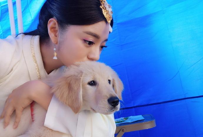 安以轩抱狗自拍表情神同步 大眼清纯可爱