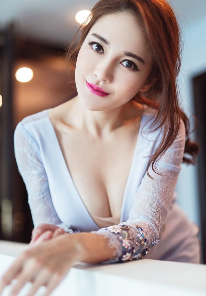 樊蕊_樊蕊看秀露事业线 深v纱裙透视显性感