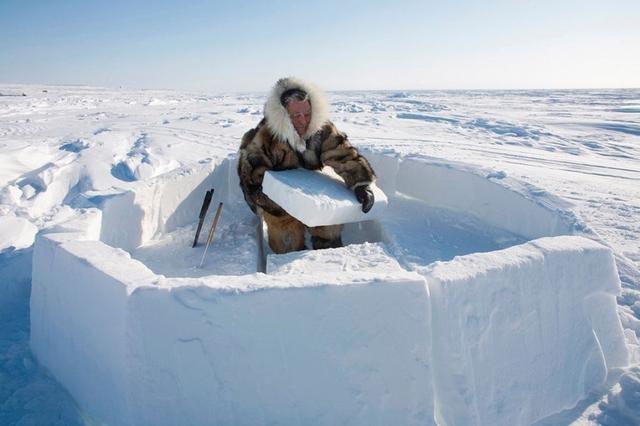 爱斯基摩人徒手建冰屋 建世界上最便宜房子图片