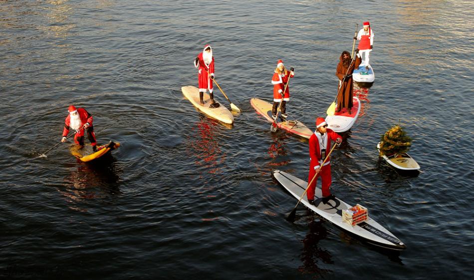 送礼物改走水路 苏黎世圣诞老人划船跨河