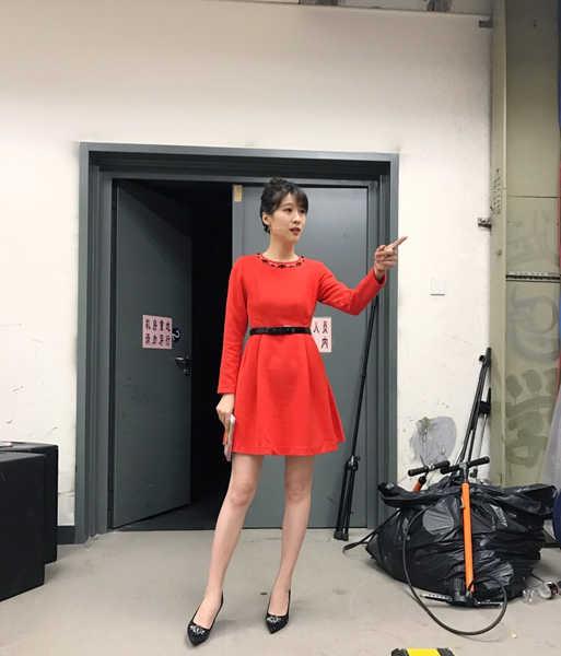 《养生堂》主持人悦悦曝新年写真 穿艳丽红裙大秀性感图片