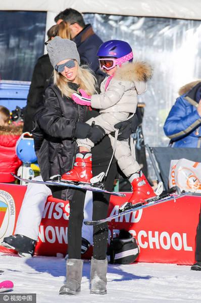 f1千金带娃滑雪母爱爆棚 23亿小公主戴皇冠粉嫩可爱