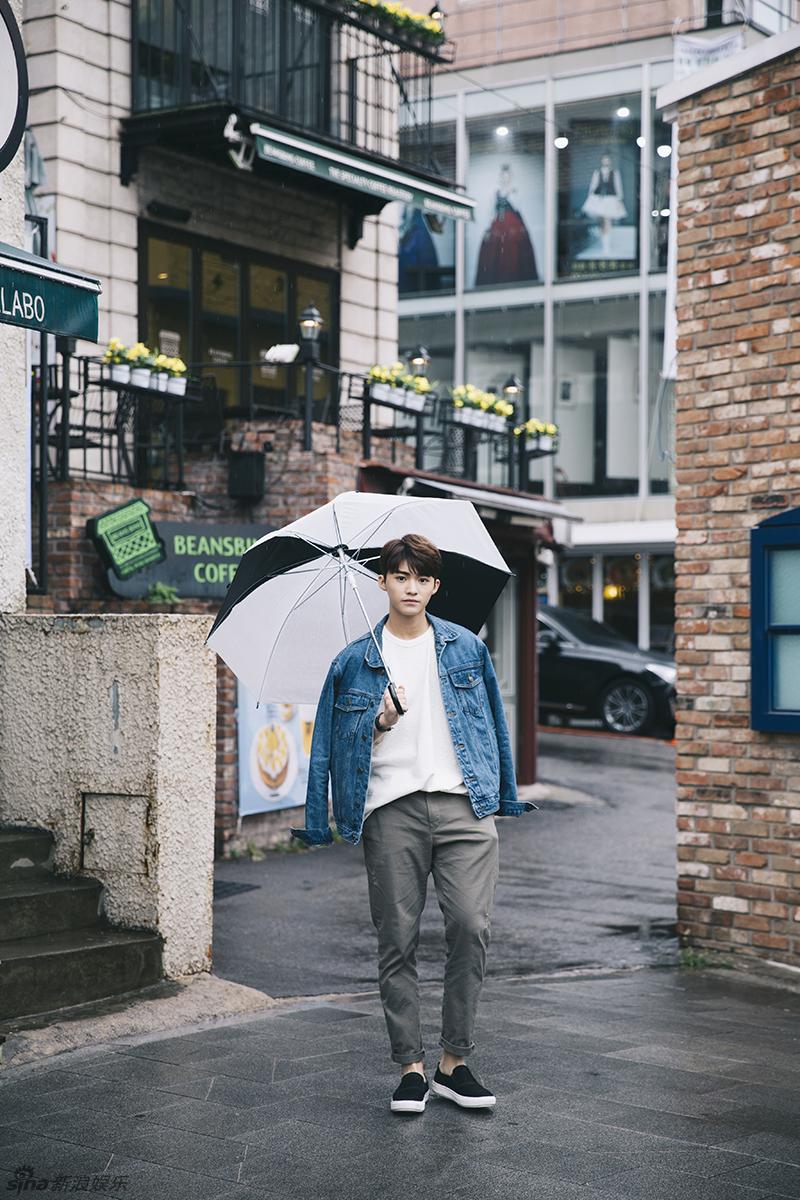 组图:史文翔时尚街拍曝光 雨中漫步变文艺少年
