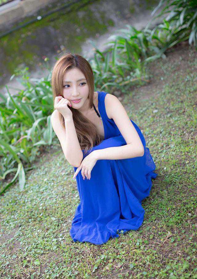 美女的漂亮蓝色连衣裙