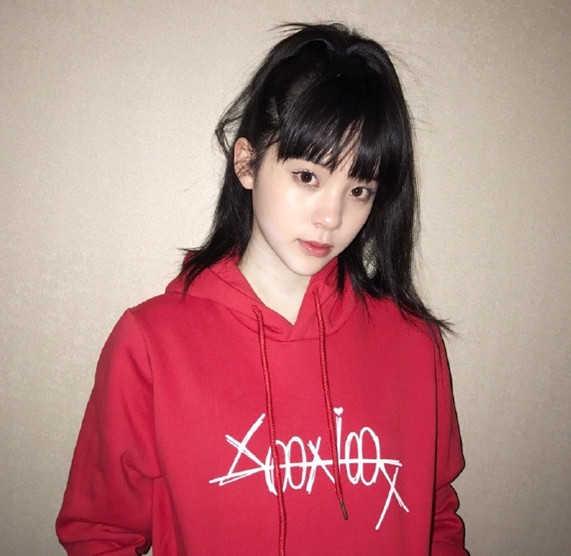 欧阳娜娜红色卫衣亮相,换新发型少女范十足,忒减龄了!图片