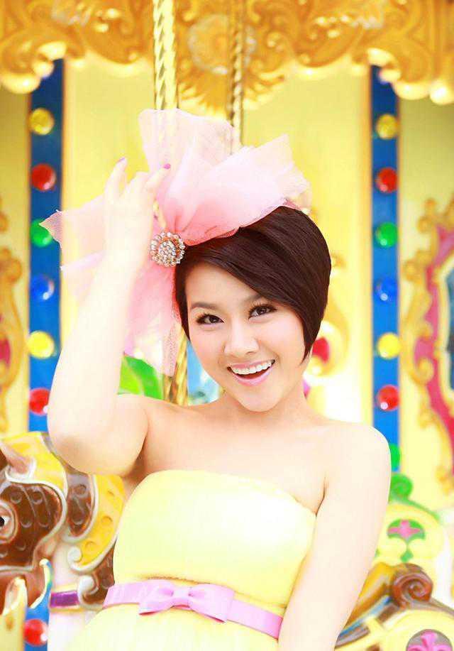 纯朴高雅女歌手春天