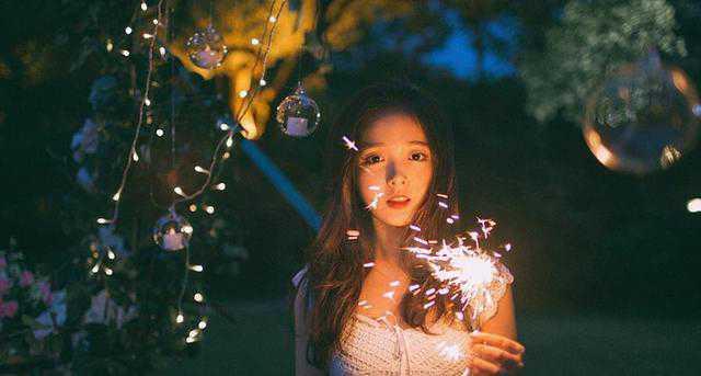 夜色天空下海边烟火少女甜美动人