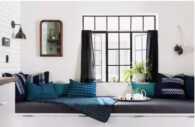 没有了沙发,就在靠窗的地方放上定制的榻榻米,储物与收纳兼备.图片