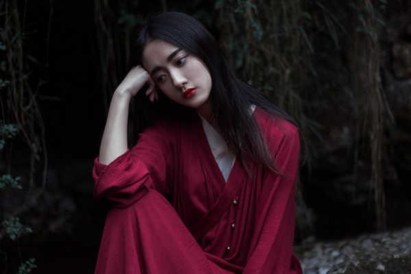 伤感美女非主流图片 伤感的红衣长发美女图片图片
