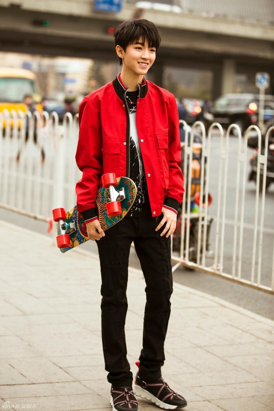 组图:王俊凯最新街拍时髦升级 美少年轻熟帅气