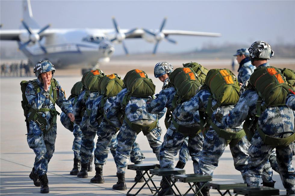组图:严寒不忘锻兵 空降兵新兵跳伞训练纪实图片