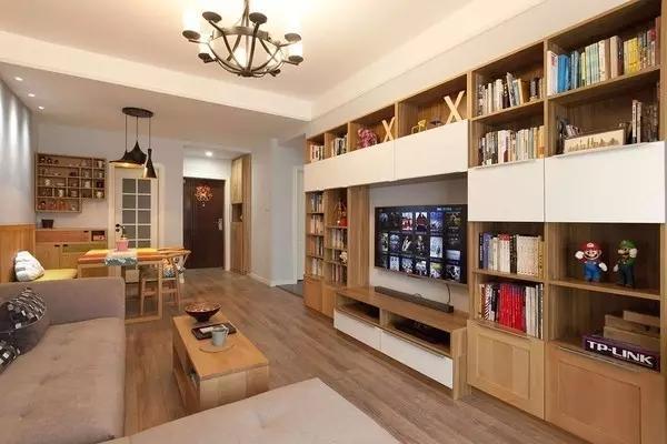屋主把平常别人不用的电视墙打造成一面视听书柜,图书和音像产品统统图片