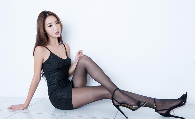 亚洲美女美脚图_亚洲美女emma美腿丝袜高跟玉足大胆私房写真