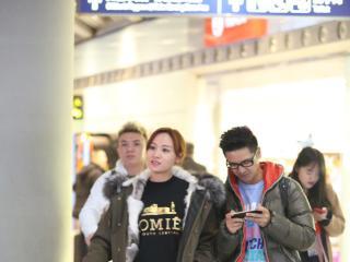 组图:田亮携叶一茜现身 低头玩手机似网瘾少年