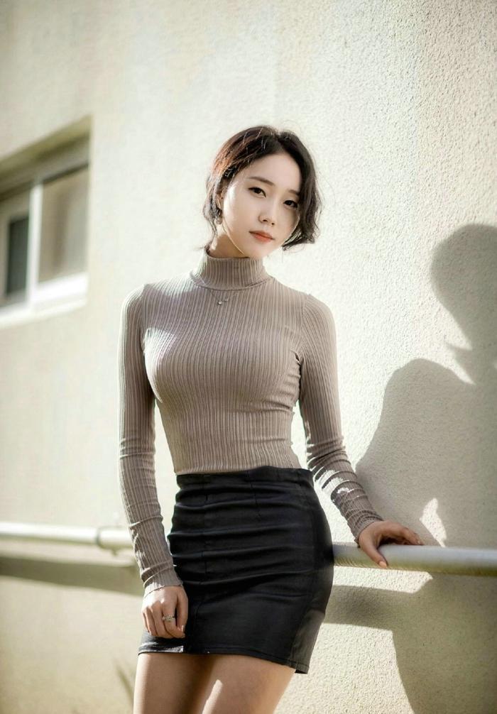 美女模特紧身皮裙苗条身材诱惑写真_图片新闻_东方头条