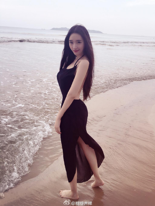 好身材长发美女海边露背写真图片
