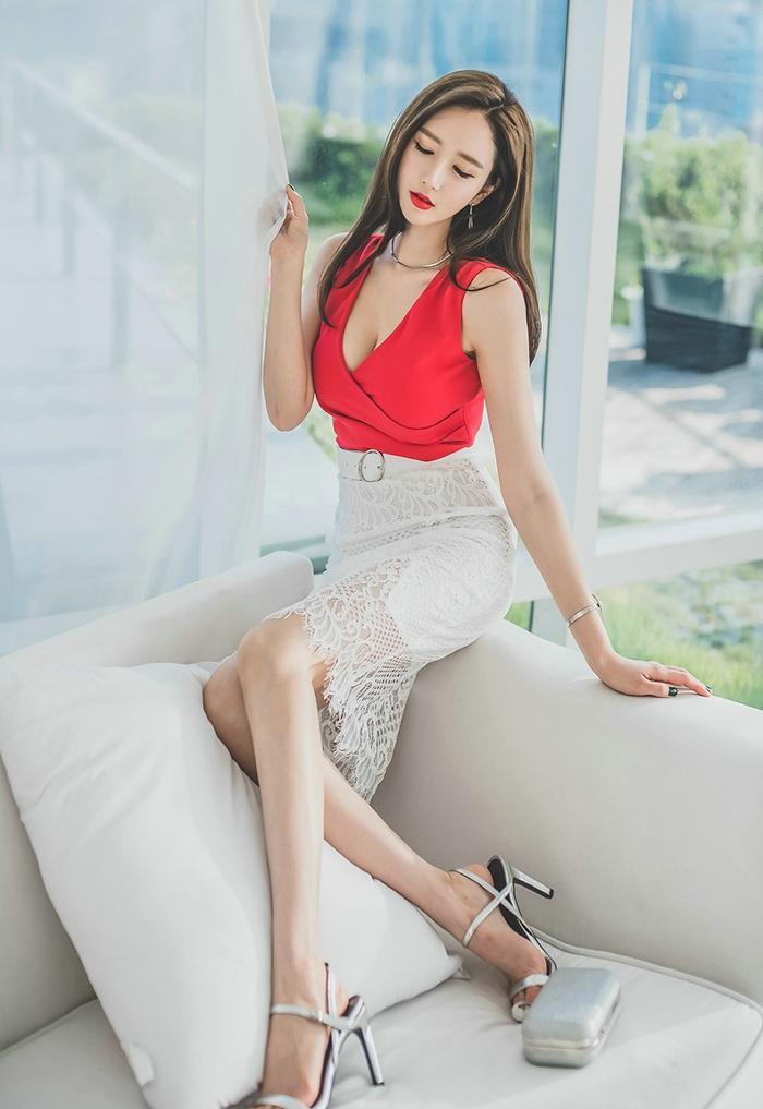 性感美女深v爆乳蕾丝短裙娇艳红唇诱惑写真