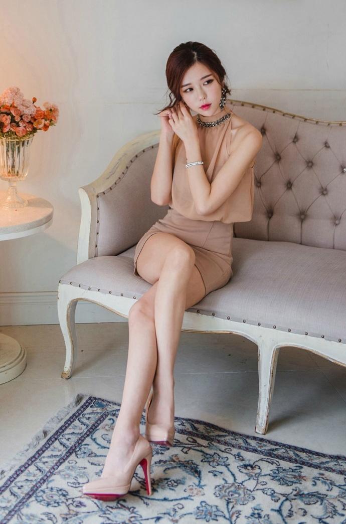 超大胆美女全裸照_知性美女姐姐性感裸色长裙性感人体私房照