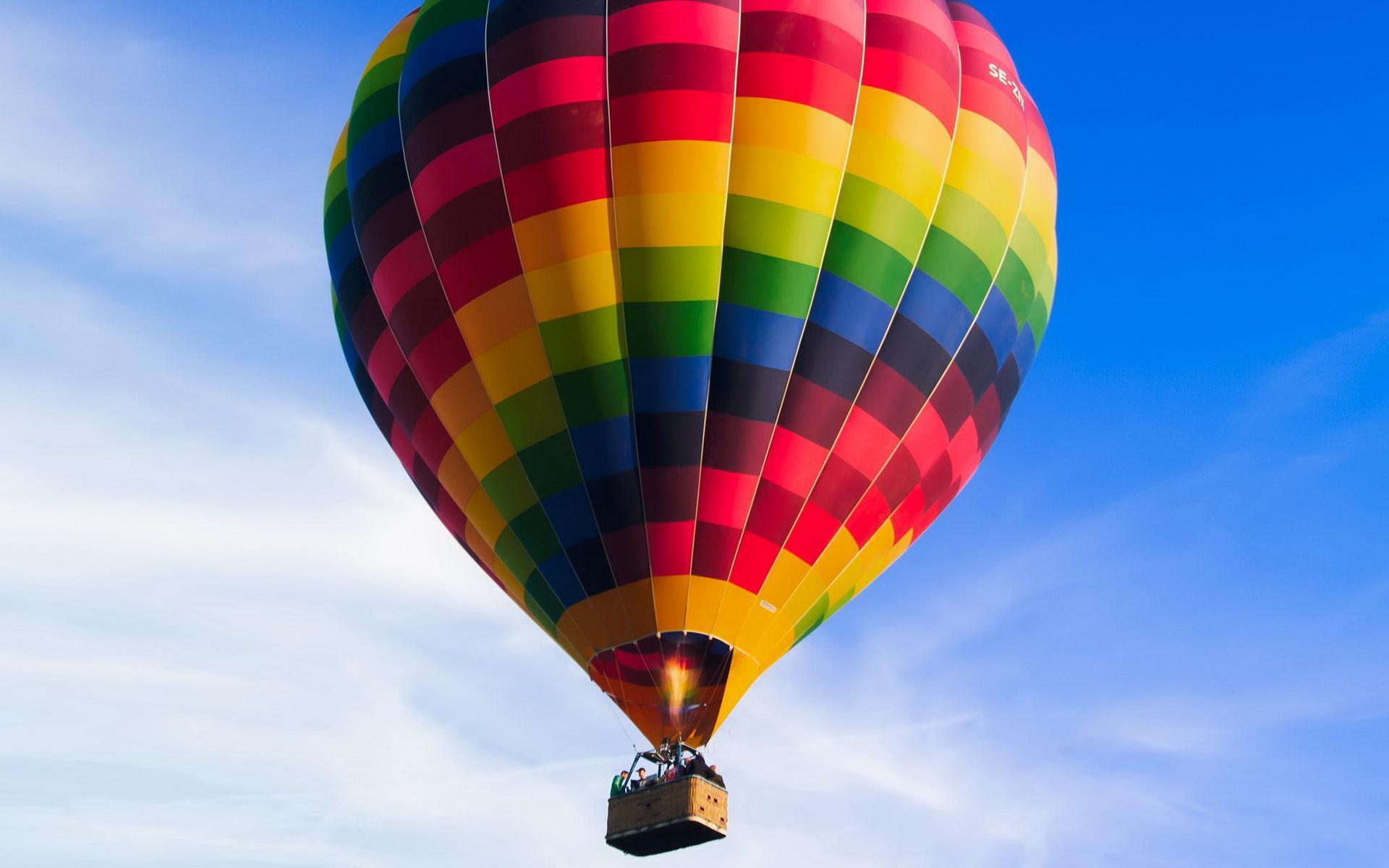 天空壁纸高清桌面 天空中的彩色热气球电脑壁纸