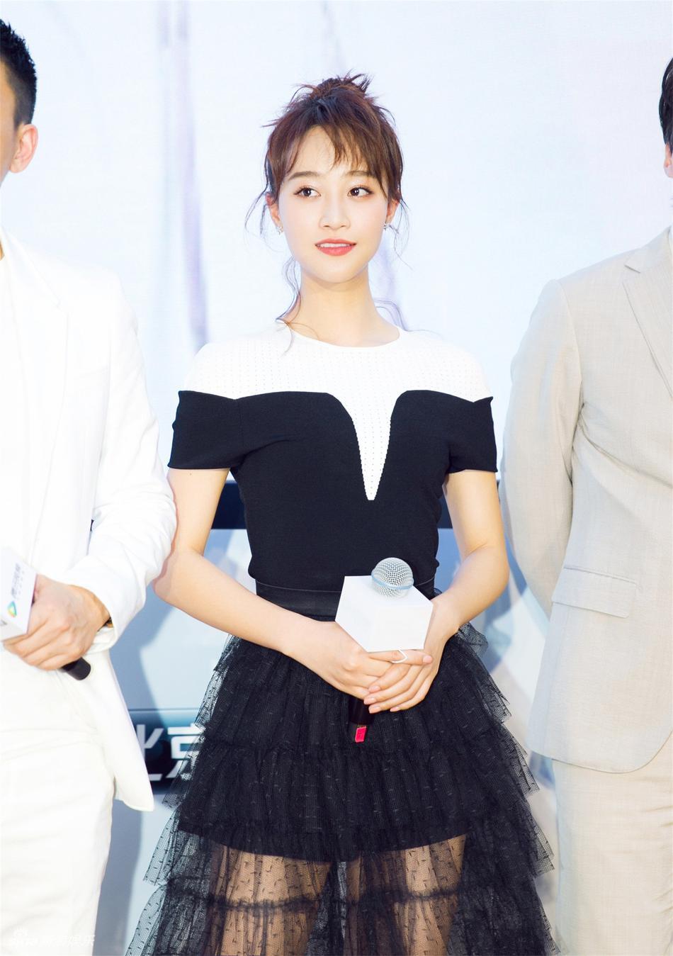 藍盈瑩黑白紗裙隱約秀美腿 笑容甜美元氣十足圖片