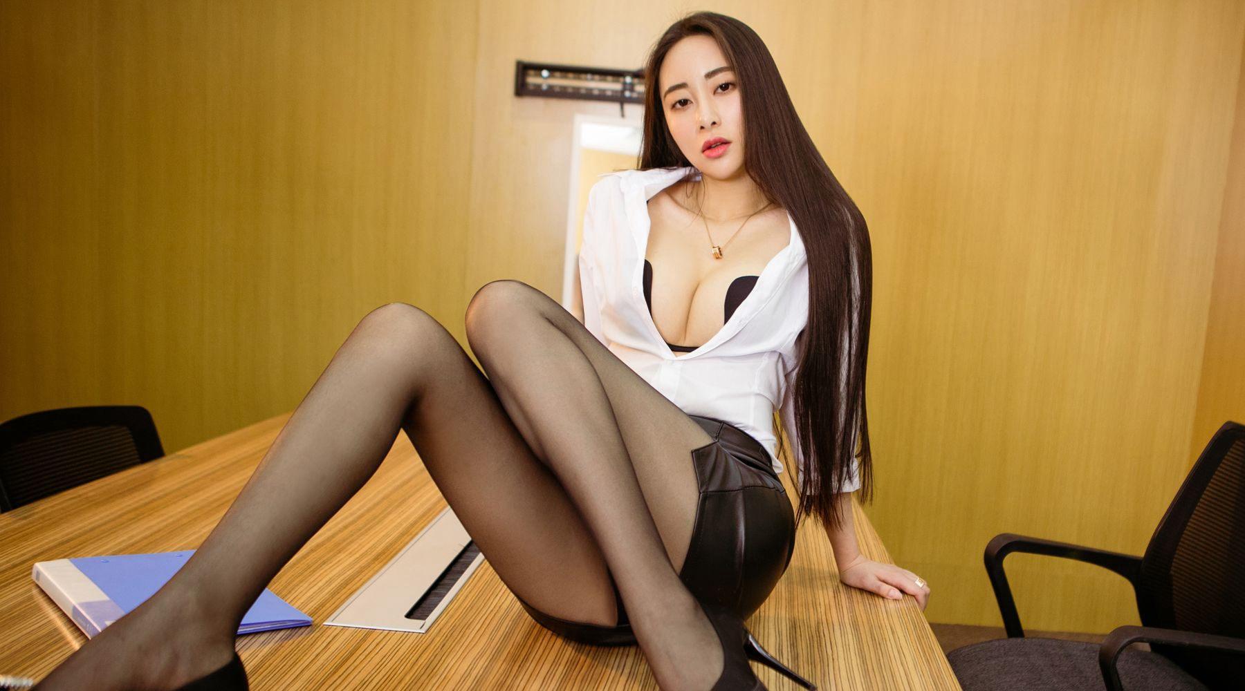 办公室女秘书黑色丝袜诱惑美腿制服性感写真