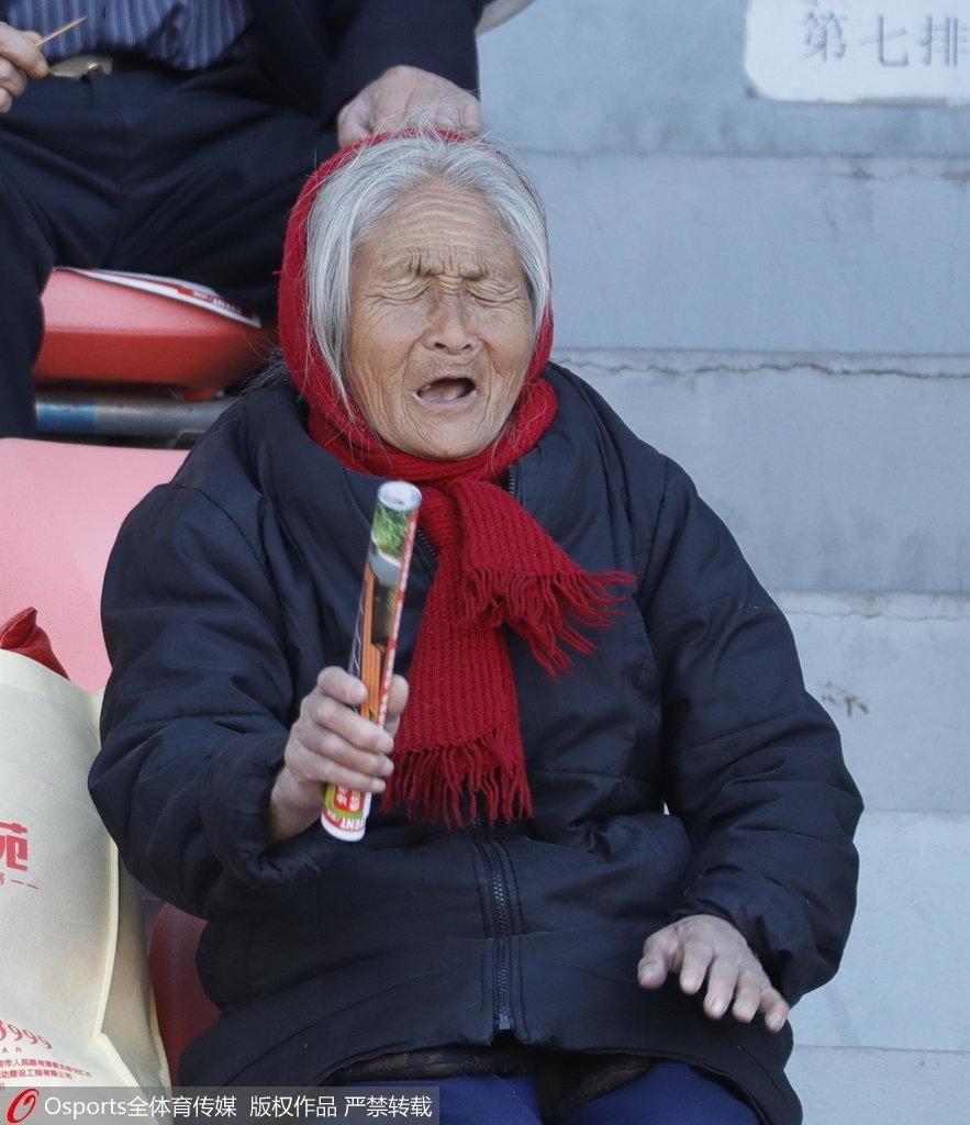 白发老奶奶看台助威延边 鼓掌呐喊一样不落!