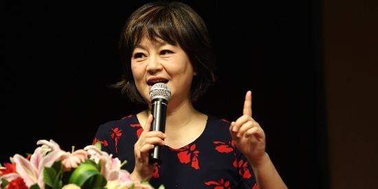 51岁的鞠萍姐姐穿花衣太富态了