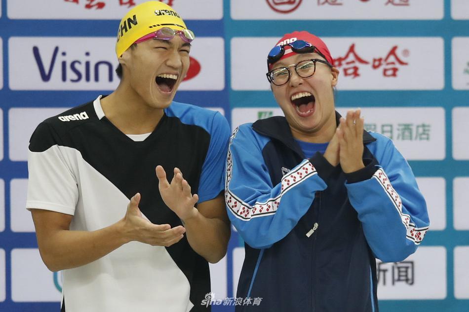 游泳群星与小朋友互动 傅园慧笑掉眼镜