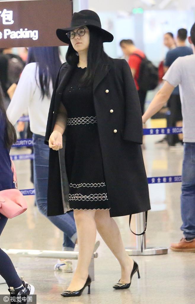 组图:李湘贵妇造型携老公女儿现身 全身名牌难掩壕气