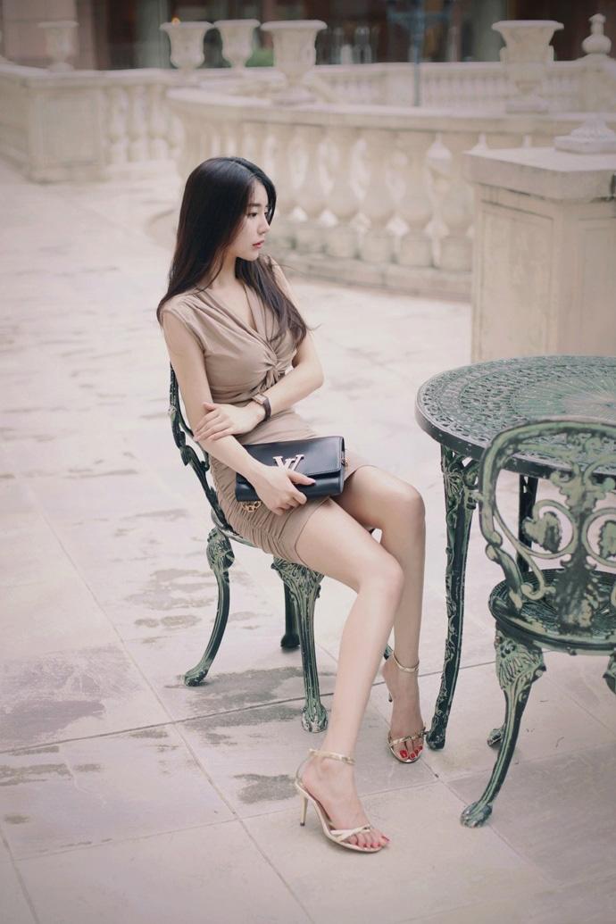 偷拍色人体_性感美女裸色长裙人体爆乳长腿诱惑写真