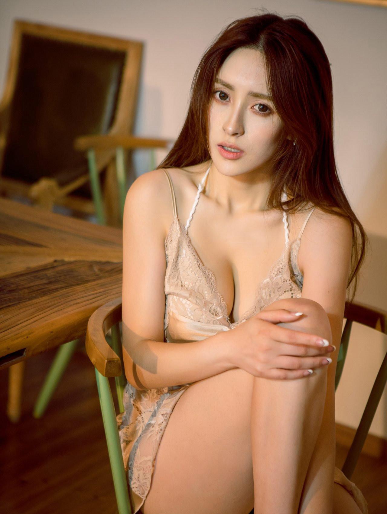 操大奶少妇�_性感少妇酥胸爆乳大奶激情丰满吊带睡衣撩人