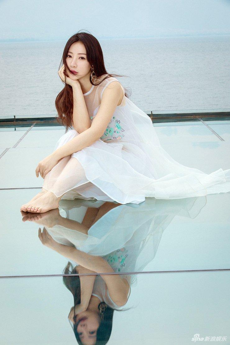 柳岩身穿白色薄纱长裙 光脚上阵仙气十足