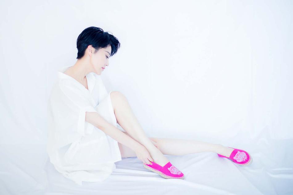 组图:许晴白衣搭配粉嫩小鞋 宛若初恋系少女