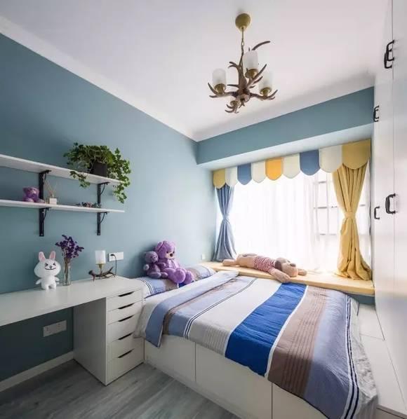 为了节省空间考虑了储物功能的榻榻米,活泼的分色窗帘让居住更可爱