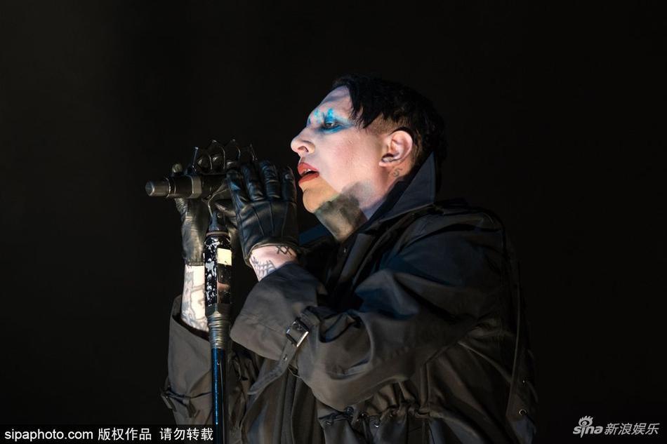 组图:玛丽莲-曼森献唱金属音乐节 浓妆造型诡异另类图片