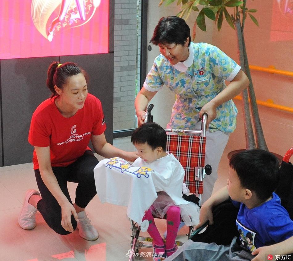 女排走进南京儿童福利院与孩子们游戏互动
