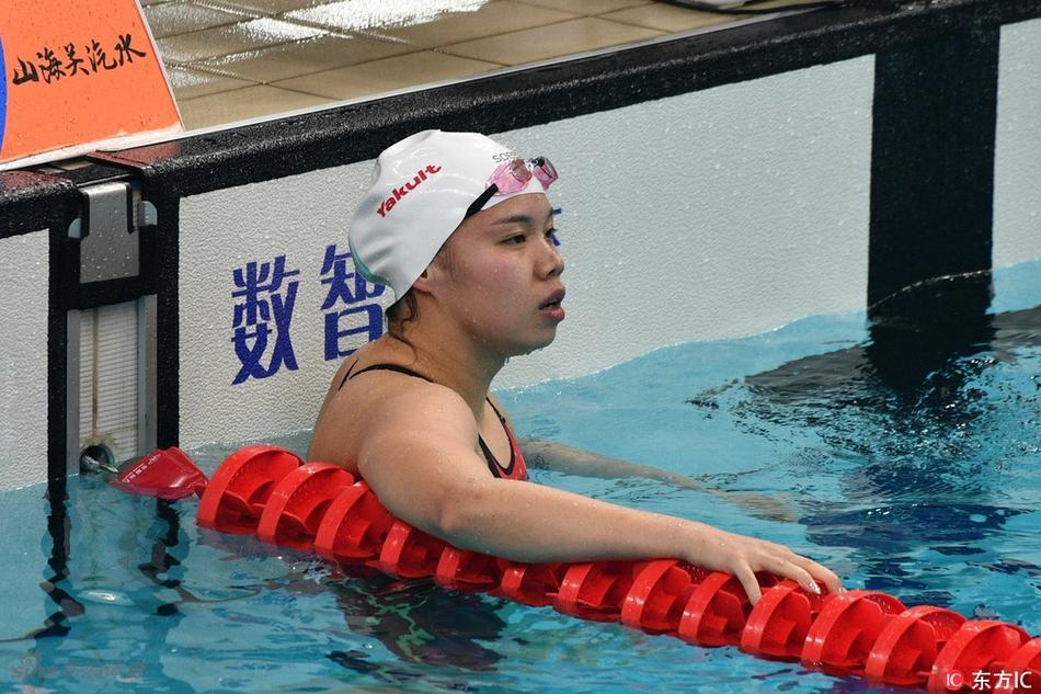 全运会女子100米蝶泳颁奖 周羿霖夺冠