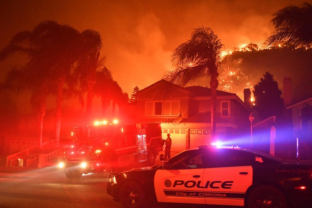当地发生森林火灾,大约300户居民被撤离,大约两百名消防员在现场进行
