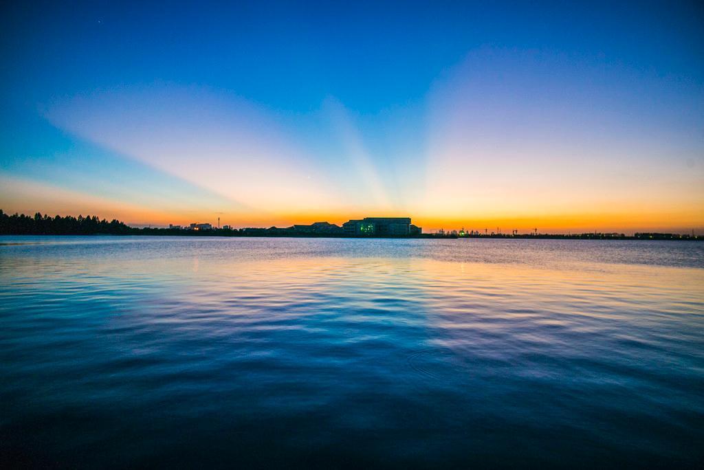 夏日黄昏的湘家荡游度假区风景图片