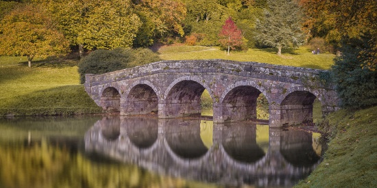 英国斯托海德庄园秋意正浓 水面倒影如油画般静美