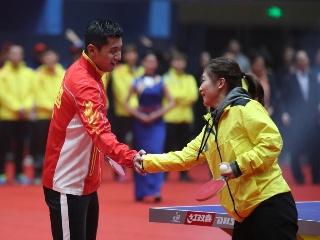 张继科刘诗雯打花式乒乓 前任握手笑容满面