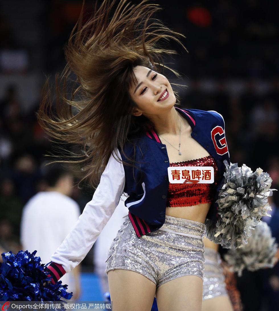 高清:篮球宝贝扇子舞助阵 诠释性感可爱迷人
