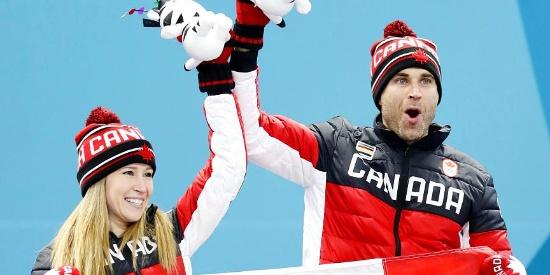秀恩爱!加拿大冰壶混双夺冠又搂又抱贼亲密