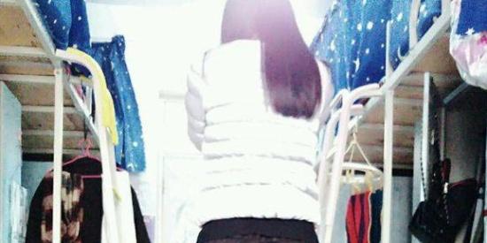 搞笑PS集锦:求大神把姑娘穿的黑色丝袜P成肉色的,结果……