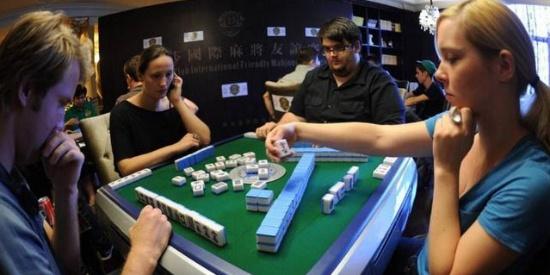 中国麻将风靡欧美:80万人沉迷其中,老外打麻将的规则太奇葩