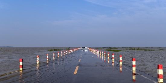 全国最放肆的道路,一言不合就陷入水里,人车行在路上不怕淹