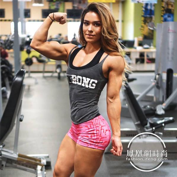 """1990年出生的卡珊德拉-马丁(Cassandra Martin),身高165cm,体重120斤,面容姣好的她却有着一身炸裂的肌肉,堪称""""天使面孔魔鬼身材""""。"""