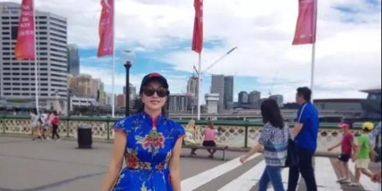 刘晓庆真大胆!旗袍裙下也敢搭牛仔裤?网友:丢人丢到国外去了!